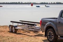 Samochód dla ruchu łódź motorowa każdy dopasowanie, przerwa blisko stawu Fotografia Stock