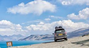 Samochód dostawczy parkuje obok jeziornego pangong fotografia royalty free