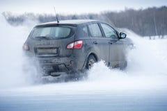 Samochód dryftowy i kiść śnieg Fotografia Royalty Free