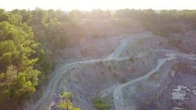 Samochód iść na drodze gruntowej między drzewami i wzgórzami 4K zdjęcie wideo