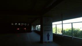 Samochód iść przez kondygnaci overground parking zbiory wideo