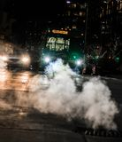 Samochód i autobus przy miasta skrzyżowaniem zdjęcie stock