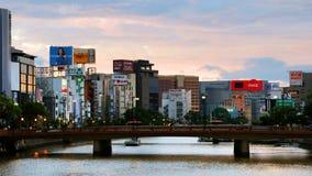 Samochód i ludzie kupczymy podczas ranku w centrum Fukuoka, Japonia zbiory wideo