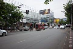 Samochód i ruch drogowy na Chiangmai miasta drodze Zdjęcia Royalty Free