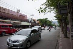 Samochód i ruch drogowy na Chiangmai miasta drodze Obraz Royalty Free