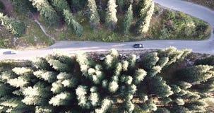 Samochód jedzie na autostradzie w średniogórzach Truteń strzelanina od strony i wierzchołka zbiory wideo