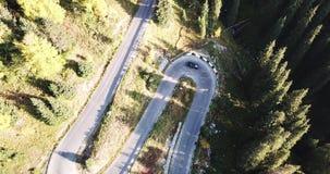 Samochód jedzie na autostradzie w średniogórzach Truteń strzelanina od strony i wierzchołka zdjęcie wideo