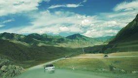 Samochód jedzie na zakurzonej żwir góry drodze naprzód pracy drogowe zbiory wideo