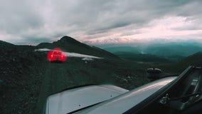 Samochód jedzie od góry wzdłuż niebezpiecznej drogi na chmurnym dniu Auto podróż: POV - punkt widzenia SUV jedzie dolinę zdjęcie wideo