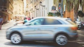 Samochód jedzie szybko na zwyczajnym skrzyżowaniu Obrazy Stock