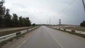 Samochód jedzie wzdłuż autostrady odosobniony tylni widok biel zbiory wideo