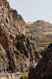 Samochód jedzie wzdłuż drogi przez Kourtaliotiko wąwozu, Crete, Grecja zdjęcie royalty free