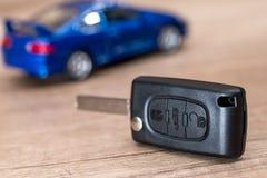 samochód kluczowa i błękitna samochód zabawka Zdjęcie Stock