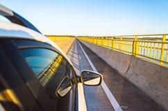 Samochód krzyżuje bridżowego Helio Serejo nad Parana rzeką Fotografia Royalty Free