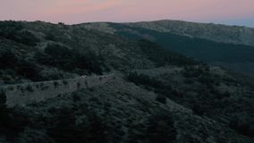 Samochód Krzyżuje Osamotnioną drogę przy nocą na Pięknym góra krajobrazie przy zmierzchem zdjęcie wideo