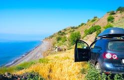 Samochód morza i namiotu obozowiczami fotografia stock