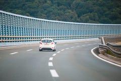 Samochód na autostradzie z hałas barierą obraz stock