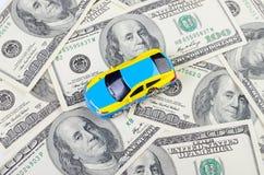 Samochód na dolarowym rachunku Fotografia Stock