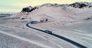 Samochód na drodze w zimie zbiory wideo