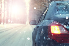 Samochód na drogowym drzewo zimy zmierzchu Obraz Stock