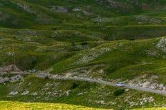 Samochód na Halnej drodze Panoramiczny widok w Durmitor, Montenegro region krasnodar halna droga Russia obraz stock