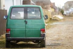 Samochód na miasto ulicie Zielony minibus parkujący przy stroną droga Zdjęcia Royalty Free