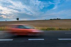 Samochód na niedawno brukującej drodze zdjęcie royalty free
