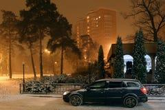 Samochód na ulicie zimy miasto obraz stock