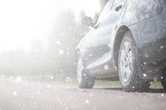 Samochód na wiejskiej drodze w pierwszy jesień śniegu Pierwszy zima Obrazy Stock