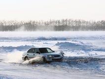 Samochód na zima drodze. fotografia stock