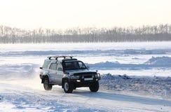 Samochód na zima drodze. obraz royalty free