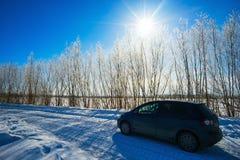 Samochód na zimy drodze Fotografia Royalty Free