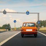 Samochód na zwyczajnym skrzyżowaniu Zdjęcia Stock