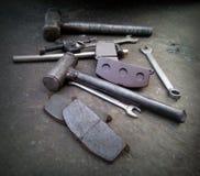 Samochód naprawy narzędzia na czarnej ulicie Obrazy Royalty Free