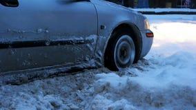 Samochód opóźniający w śniegu fotografia stock