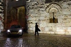 Samochód opuszcza Zion bramę w nocy Obrazy Royalty Free