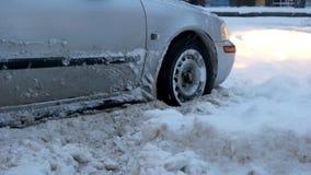 Samochód osobowy opóźniający na śnieżnej drodze obraz stock