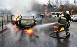 Samochód pali z płomieniem i dymem Zdjęcia Royalty Free