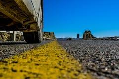 Samochód parkujący na pięknej autostradzie! Obraz Royalty Free