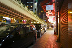Samochód parkujący na poboczu przy nocą Obraz Stock
