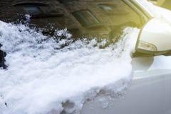 Samochód pod śniegiem w górę bocznego widoku fotografia stock