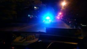 Samochód policyjny śpieszy się telefon w sprawie nagłego wypadku, pogoń przestępca w nocy miasta ulicie zbiory wideo