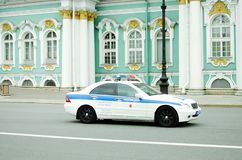 Samochód policyjny jedzie na ulicach St Petersburg zdjęcia royalty free