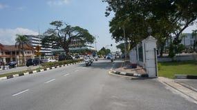 Samochód policyjny prowadzi przed eskorta oddziałem wojskowym dla sułtanu Perak obraz stock