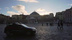 Samochód policyjny rusza się przez piazza Del Plebiscito zbiory