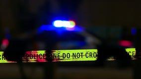 Samochód policyjny syrena z rubieżną taśmą, Defocused Zdjęcia Royalty Free