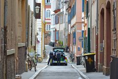 Samochód policyjny z dwa oficerami na patrolu w bocznej ulicie dziejowy centrum miasta obraz stock