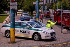 Samochód policyjny z policjantem na ulicie w Bratislava, w Sistani Obrazy Stock
