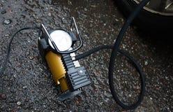 Samochód pompa Automatyczny samochodowy kompresor pomaga ciebie nie tylko ale także pompuje piłkę pompowy powietrze w kołach twój obraz royalty free