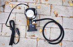 Samochód pompa Automatyczny samochodowy kompresor pomaga ciebie nie tylko ale także pompuje piłkę pompowy powietrze w kołach twój obrazy royalty free